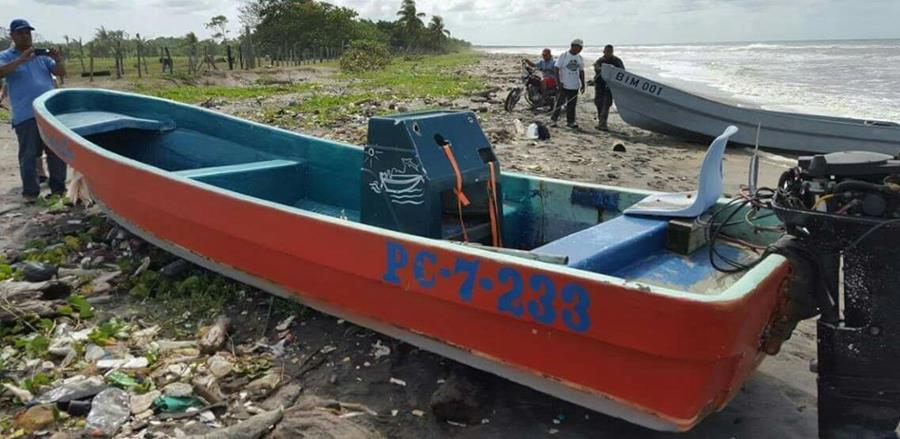 Una lancha, en la que supuestamente viajaban los pescadores, también fue hallada en Puerto Barrios, Izabal. (Foto Prensa Libre: Dony Stewart)