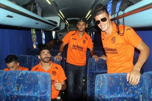 Los futbolistas de Guastatoya posan desde el bus que los trasladó a Quetzaltenango (Foto Prensa Libre: Hugo Oliva)