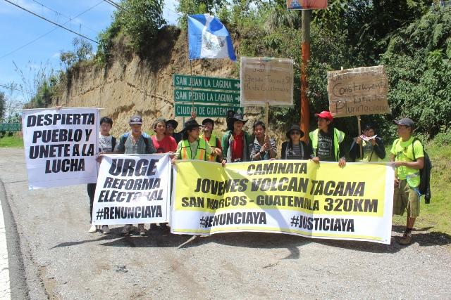 Grupo de jóvenes manifestantes a su paso por Nahualá, Sololá. (Foto Prensa Libre: Ángel Julajuj)