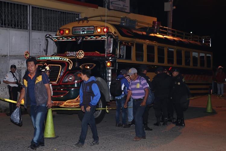 Autobús tomado por asalto en la ruta Interamericana. Foto Prensa Libre: Víctor Chamalé.