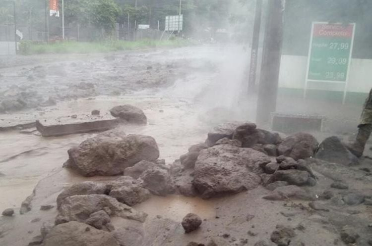 El material volcánico llegó a la ruta nacional 14 mezclado con agua de lluvia.