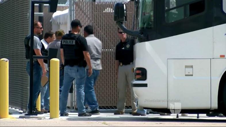 A los migrantes detenidos los trasladaron a un centro de detención. (Foto: Univisión)
