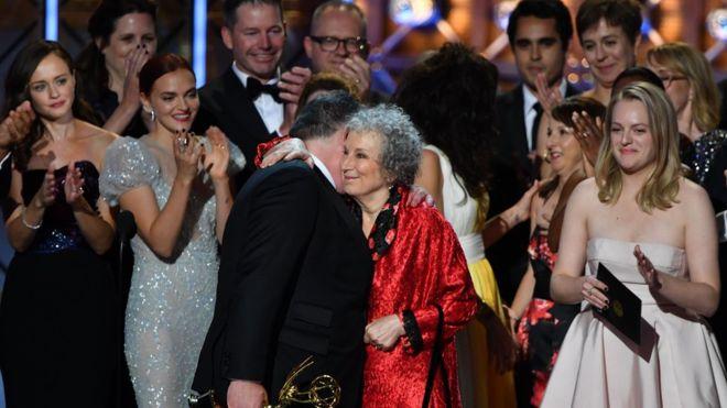 """El equipo de The Handmaid's Tale (""""El cuento de la criada"""") celebró el Emmy a mejor serie dramática del año junto a la autora de la novela, Margaret Atwood. GETTY IMAGES"""