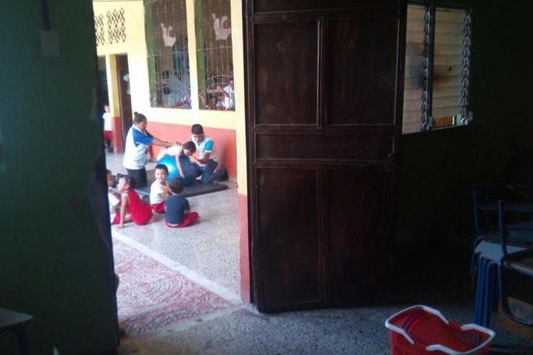 La puerta de una de las aulas de la Escuela Oficial de Párvulos de La Fragua, Zacapa, fue forzada por delincuentes. (Foto Prensa Libre: Mario Morales)