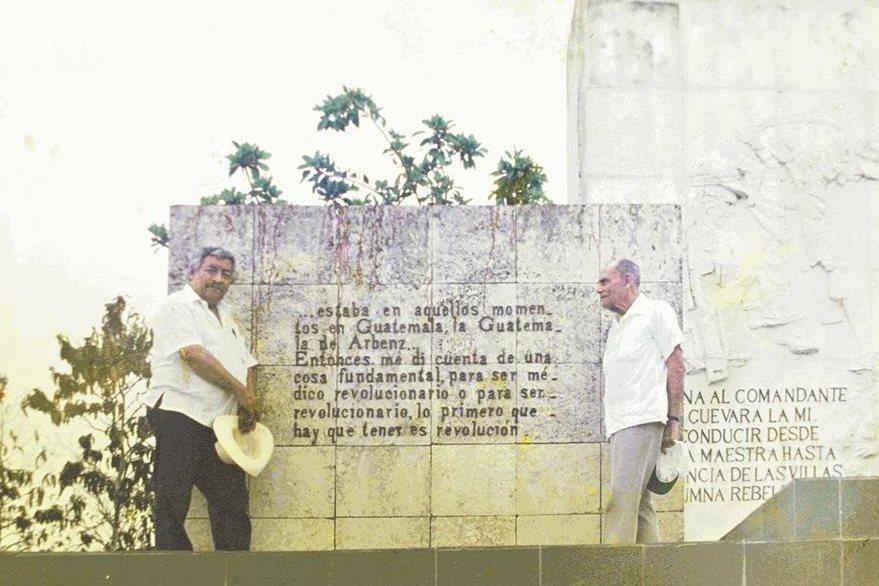 Marco Augusto Quiroa y Alfonoso Bauer Paiz en la Habana, Cuba. (Foto: Hemeroteca PL)