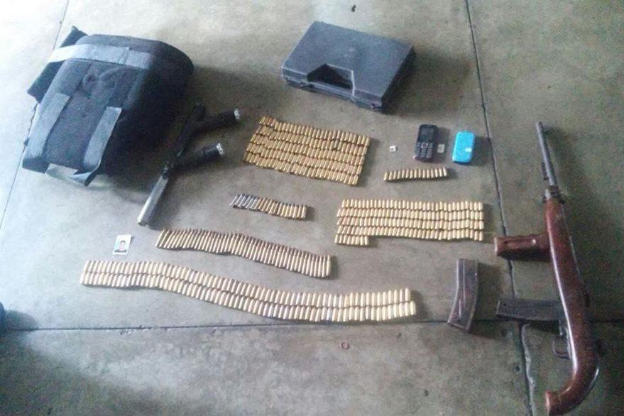 Armas hechizas y municiones localizadas en un reducto de pandilleros en la zona 12. (Foto Prensa Libre: PNC)