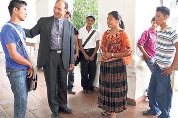 <p>Jóvenes participantes de una pastoral conversan con monseñor Rodolfo Valenzuela.</p>