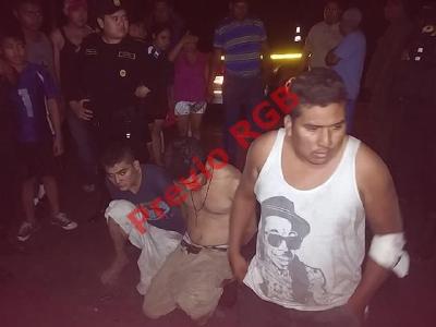 Agentes de la PNC en Masagua, Escuintla, capturan a cinco presuntos delincuentes. (Foto Prensa Libre: Carlos Enrique Paredes)