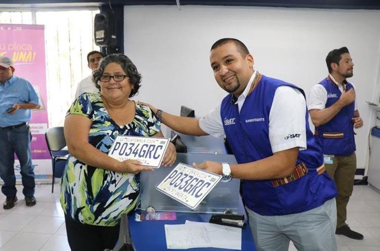 Solórzano Foppa estuvo este viernes en la terminal Puerto Barrios donde lanzó el programa como parte de la iniciativa del año del contribuyente. (Foto Prensa Libre: Dony Stewart)