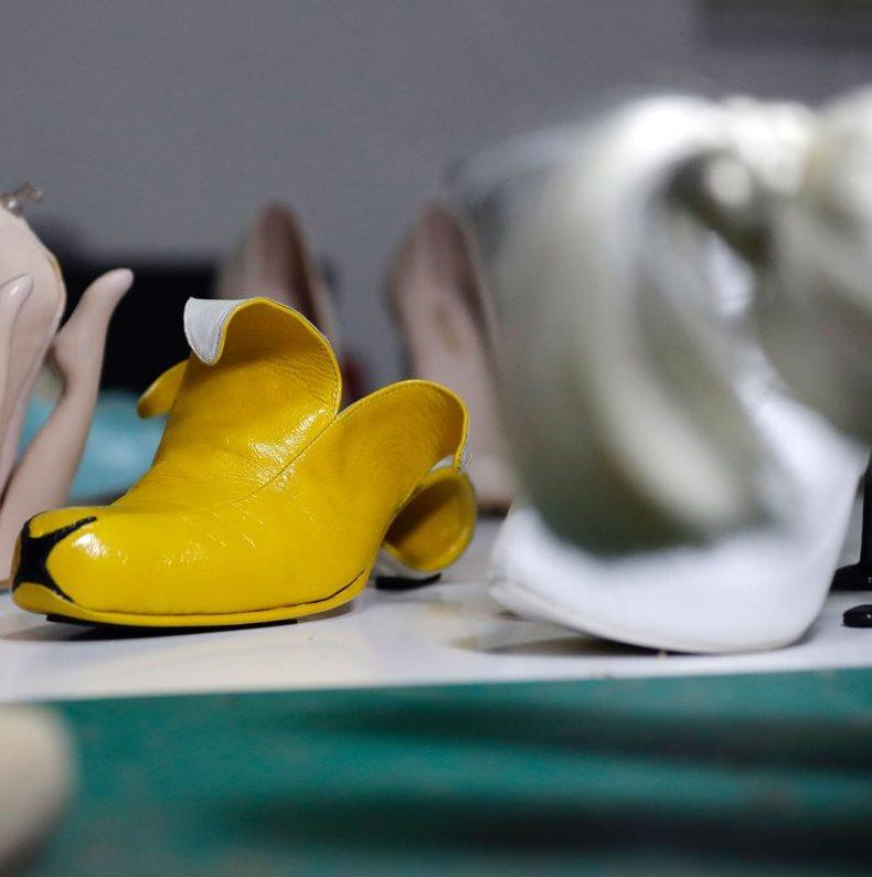 """""""Banana"""" los curiosos zapatos en forma de esa fruta, diseñados por el israelí. (Foto Prensa Libre: AFP)."""
