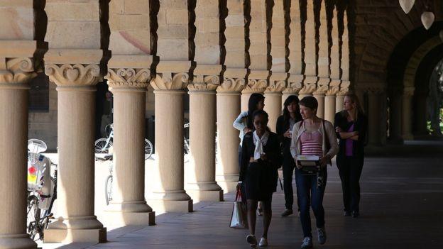 Los estudiantes de las universidades de élite, como Stanford, no suelen tener que endeudarse para pagar sus estudios.GETTY IMAGES