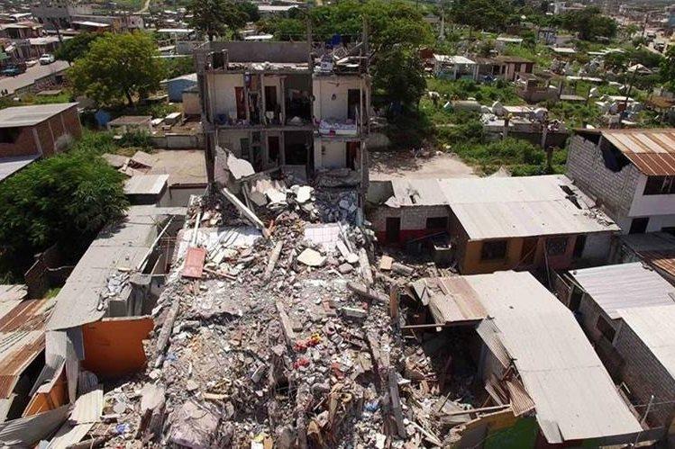 Vecinos observan construcciones devastadas en Guayaquil, Ecuador. (Foto Prensa Libre: AFP).