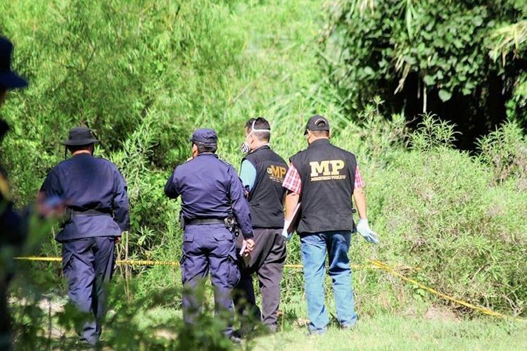 Agentes del Ministerio Público y de la PNC recaban evidencias en lugar donde se halla cadáver, en San Pedro Pinula, Jalapa. (Foto Prensa Libre: Hugo Oliva)