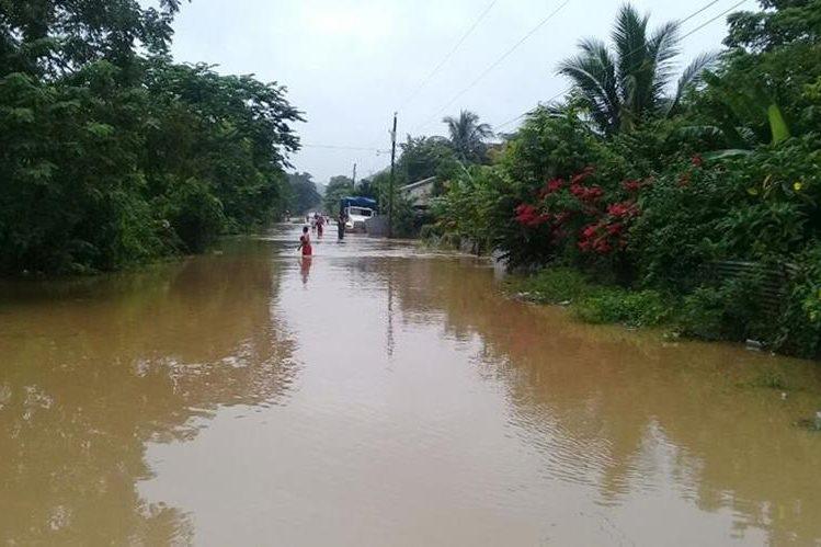 Las calles del barrio Tikal, San Benito, Petén, están inundadas debido al desbordamiento de un arroyo. (Foto Prensa Libre: Rigoberto Escobar)