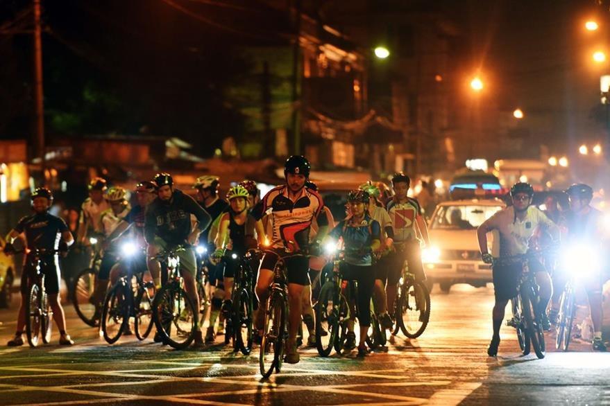 En El Salvador, un grupo de ciclistas se reúne. (Foto Prensa Libre: AFP).
