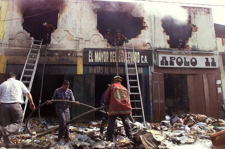 Comercios quemados y saqueados fue parte del resultado de tres días de disturbios en 2002. (Foto: AP)