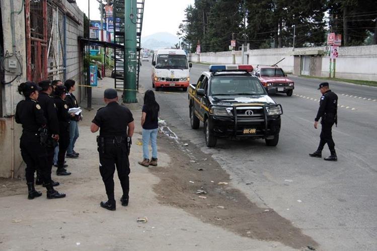 Miembros de la PNC recolectan evidencia en el lugar del ataque. (Foto Prensa Libre: Carlos Ventura)