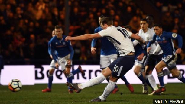 Los entrenadores de Tottenham observaron lo bien que le pegaba a la pelota. (Foto Prensa Libre: BBC Mundo)