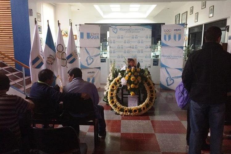 Los restos del atleta nacional Qaini Bonilla son velados en el Palacio de los Deportes, CDAG. (Foto Prensa Libre: Cortesía COG)