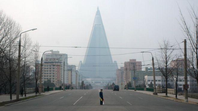 Aspiraba a convertirse en el hotel más alto del mundo y en un símbolo de éxito de Corea del Norte, pero 30 años más tarde, sigue abandonado. ED JONES/GETTY IMAGES