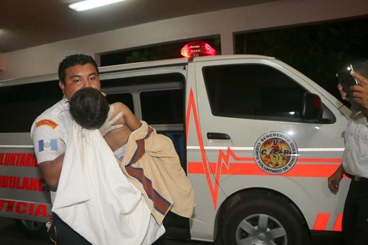 Socorristas de Retalhuleu trasladan a un niño que luego murió por politraumatismo. (Foto Prensa Libre: Rolando Miranda)