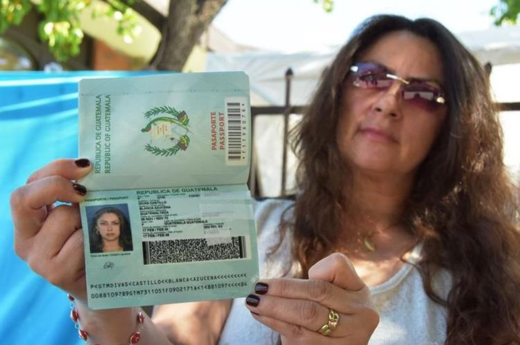 La guatemalteca, Suzy Divas, residente en EE.UU., no logró renovar su pasaporte en Los Ángeles por falta de cartillas. (Foto Prensa Libre: EFE)