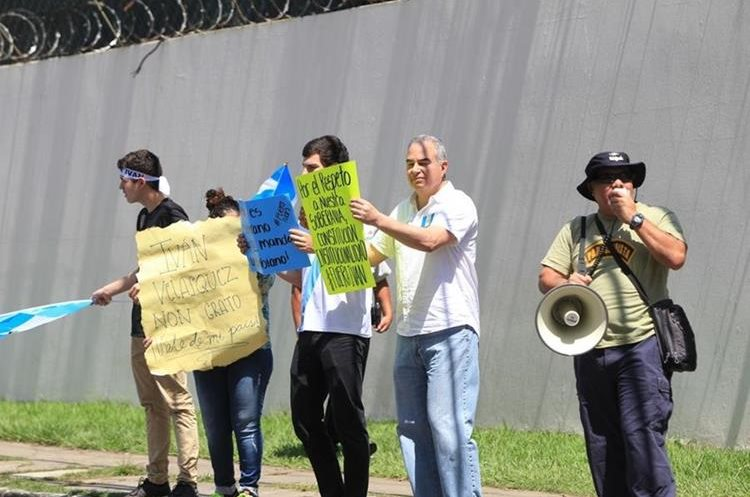 Personas portaban carteles y gritaban consignas en contra del jefe de la Cicig, Iván Velásquez. (Foto Prensa Libre: Esbin García)