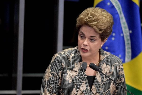 Dilma Roussef pronuncia un discurso durante su testimonio en el juicio político en el Congreso. (Foto Prensa Libre:AFP).