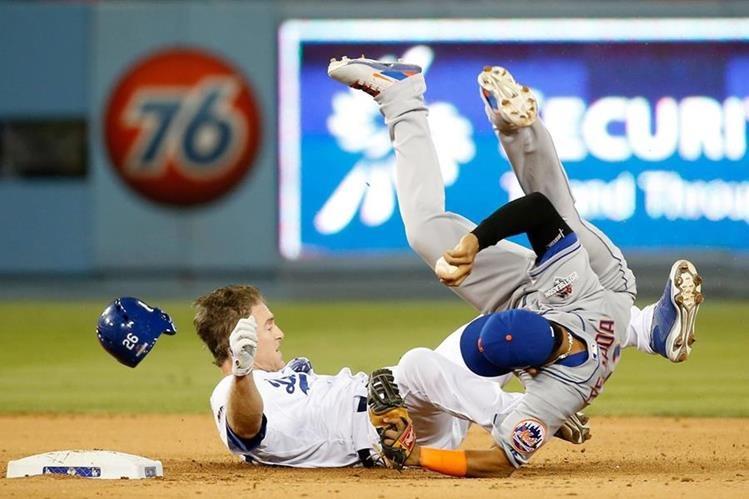 Ruben Tejada de los Mets cae al suelo por luego de la barrida de Chase Utley de los Dodgers. (Foto Prensa Libre: AFP)
