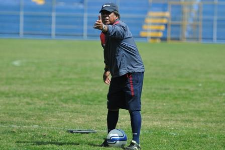 El técnico Maradiaga captado cuando dirigió a Municipal entre el 2012 y el 2013. (Foto Prensa Libre: Hemeroteca PL).