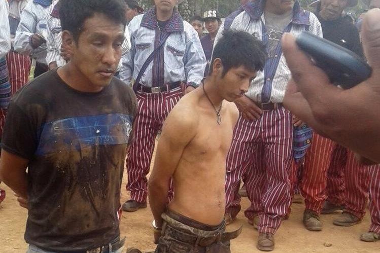 Los dos sujetos que fueron agredidos por una turba en Todos Santos Cuchumatán. (Foto Prensa Libre: Mike Castillo).