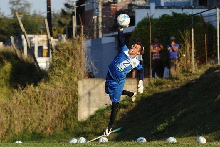 Javier Irazún controla el balón durante el entrenamiento que ayer realizaron los cremas en las canchas de Greenfield, zona 4 de Mixco. (Foto Prensa Libre: Francisco Sánchez)