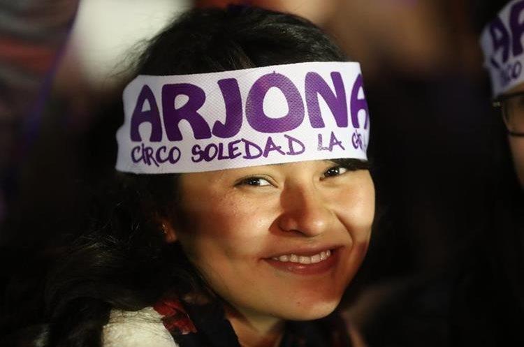 Una seguidora luce en la cabeza una cinta de su ídolo