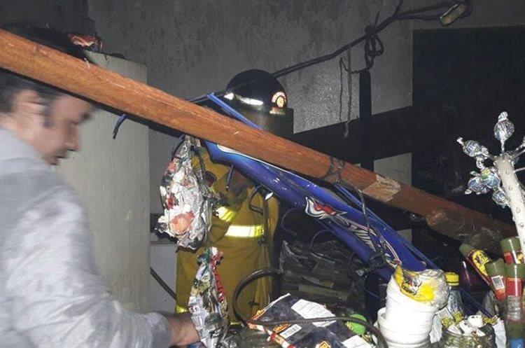 Los socorristas trabajaron durante más de una hora para sofocar el siniestro. (Foto Prensa Libre: Whitmer Barrera)