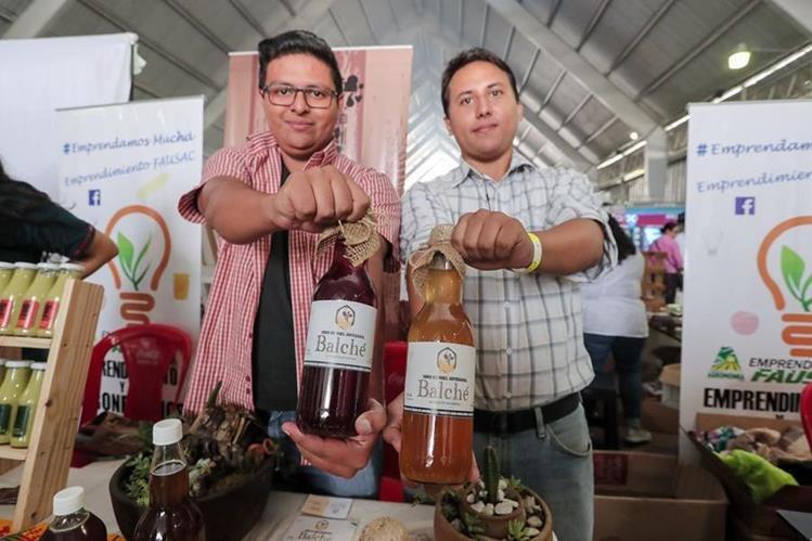 Gyorbani Say y Luis Chilin, fundadores de Vino de Miel Artesanal Balché ya venden su producto, pero sueñan con escalar su producción y colocar la hidromiel en el mercado internacional. (Foto Prensa Libre: Juan Diego González)