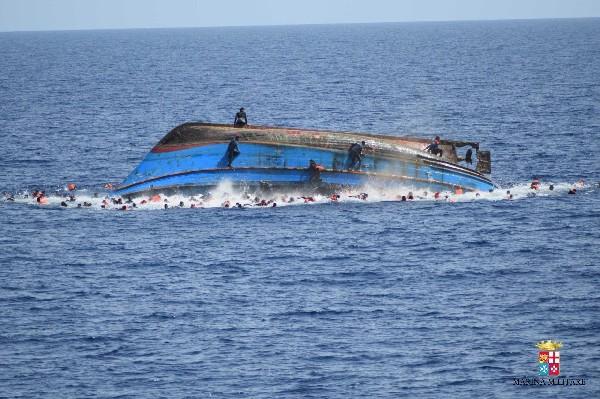 El Barco volcó debido a la inestabilidad por el gran número de personas a bordo.(Foto Prensa Libre:EFE).