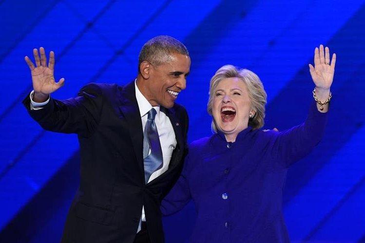 El presidente de los Estados Unidos, Barack Obama, y la candidata demócrata, Hillary Clinton se abrazan luego del discurso de Obama. (Foto Prensa Libre:AFP).