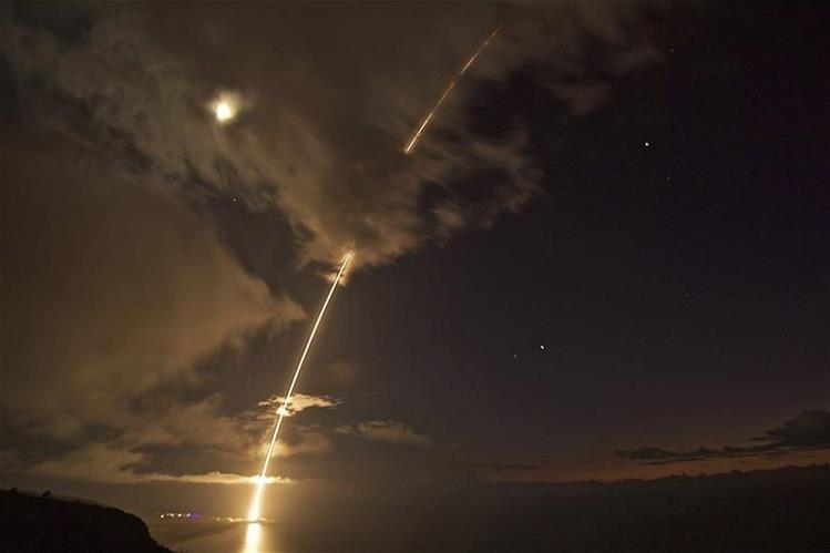 Trayectoria de un misil de mediano alcance de prueba en Hawái. (Foto Prensa Libre: EFE)