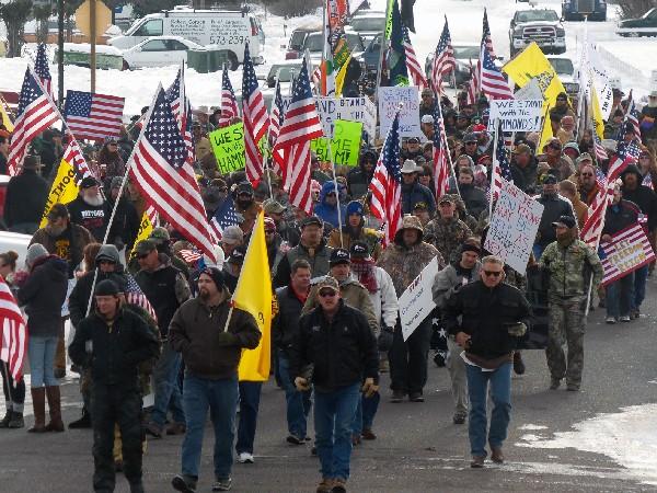 Manifestantes marchan en apoyo de una familia ganadera de Oregón, EE.UU.