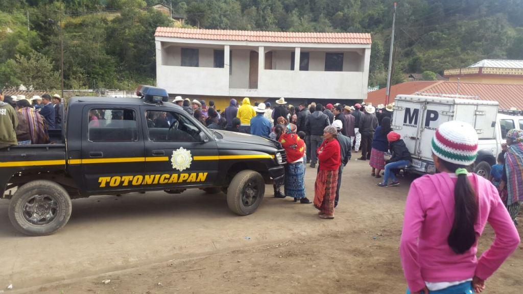 Autoridades permanecen en el lugar del hallazgo, en Momostenango. (Foto Prensa Libre: Édgar Domínguez).