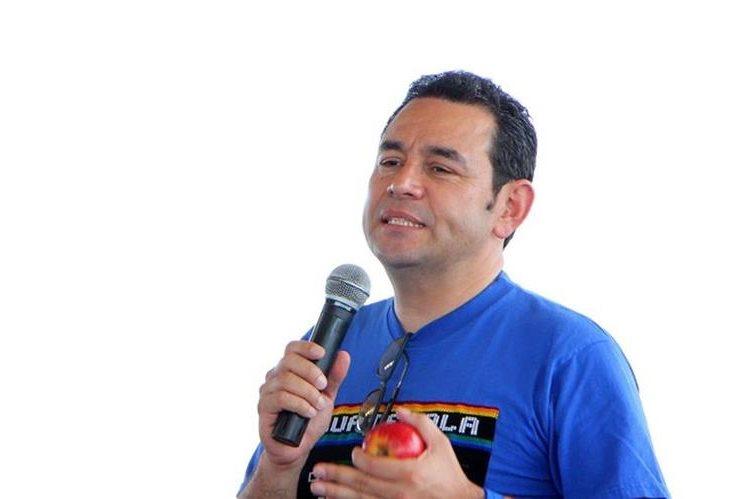 Jimmy Morales, presidente electo de Guatemala, se dirige a un grupo de pobladores de Champerico, Retalhuleu. (Foto Prensa Libre: Rolando Miranda)