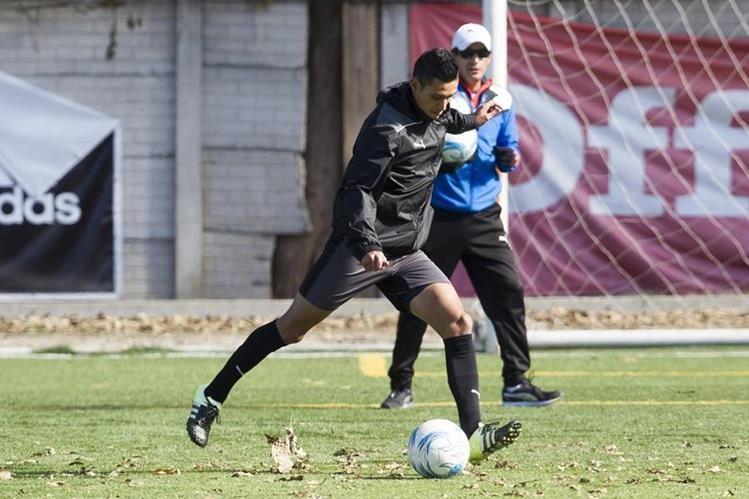 Jorge Aparicio, volante de los cremas realiza un entrenamiento este martes en la cancha sintética de Sporta. (Foto Prensa Libre: Norvin Mendoza).