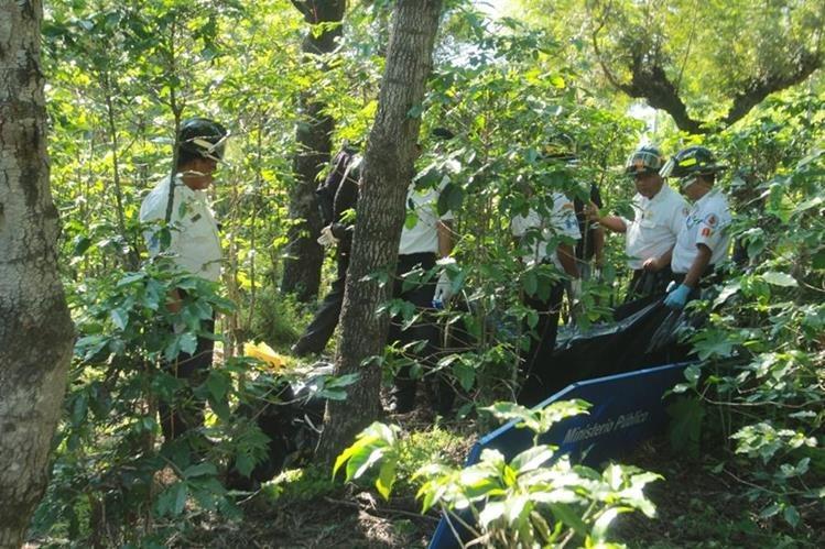 Socorristas permanecen en el lugar donde ocurrió el hallazgo de los cadáveres. (Foto Prensa Libre: Miguel López).