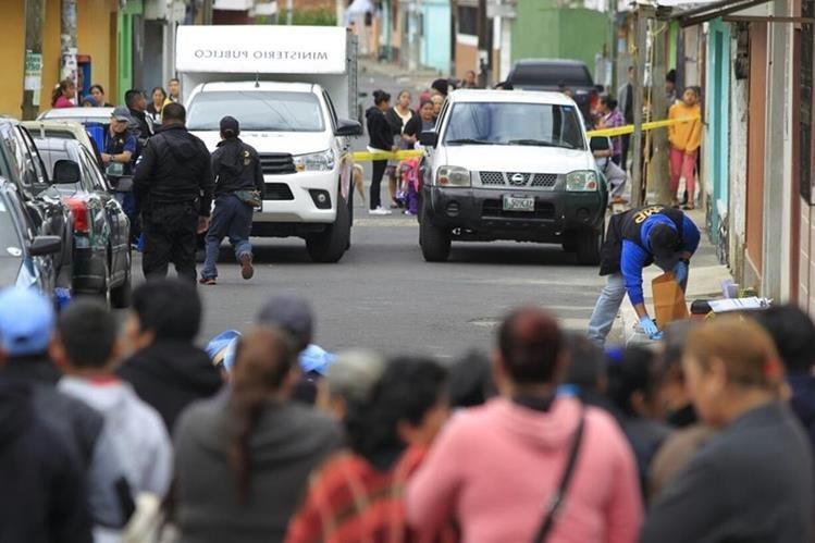 Un hombre murió y otro resultó herido en un ataque armado en la zona 16. (Foto Prensa Libre: Carlos Hernández)