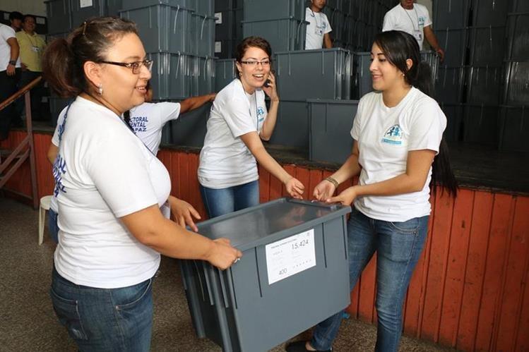Jóvenes voluntarias trasladan cajas con papeletas electorales en Cobán, Alta Verapaz. (Foto Prensa Libre: Eduardo Sam Chun)