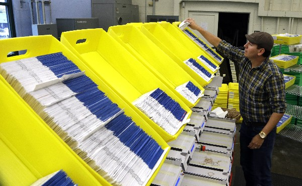 Diego Valencia procesa las boletas en la sede electoral de Portland, Oregón.(AP).