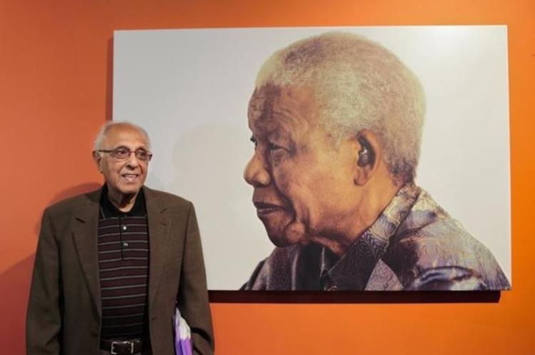 Ahmed Kathrada, junto a una imagen de Nelson Mandela. (Foto Prensa Libre: EFE).