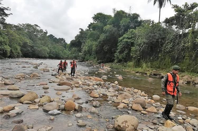 Soldados recorren el río Petacalapa, Malacatán, San Marcos, en busca del menor. (Foto Prensa Libre: Cortesía Óscar Lima)