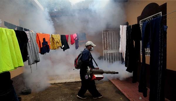 En empleado del Ministerio de Salud fumiga en Catacamas, Honduras.