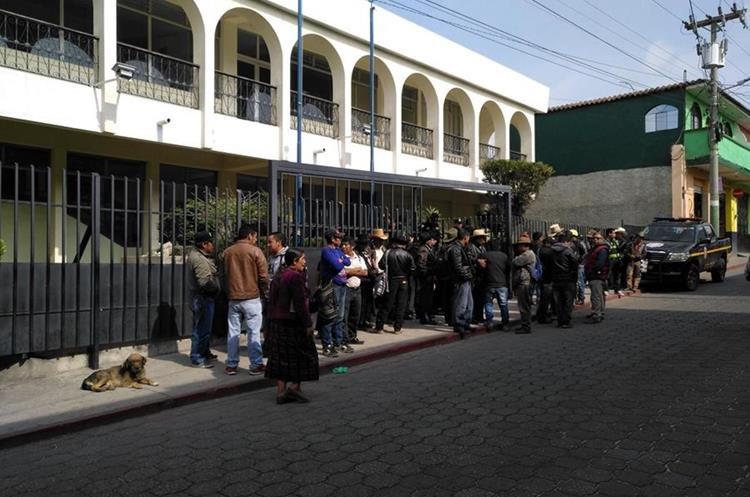 En las afueras del Juzgado de Sololá, un grupo de pobladores pidió la libertad del líder comunitario Nicolas Pich Pichiyá. (Foto Prensa Libre: Ángel Julajuj)